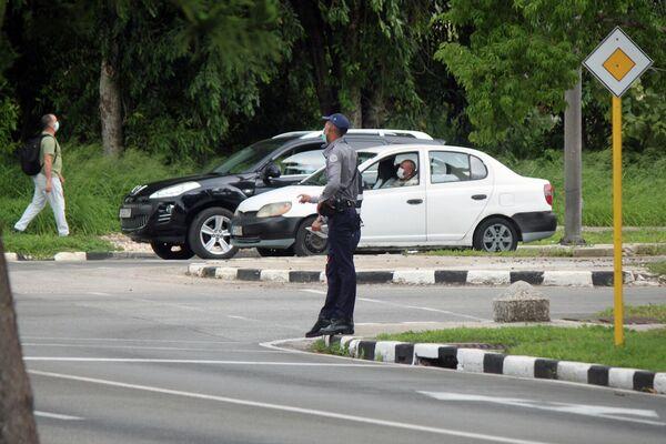 Policías controlan el tránsito en la 5ta Avenida, la Habana - Sputnik Mundo