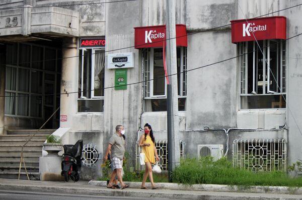 Transeúntes en la esquina de L y 25, Vedado, La Habana - Sputnik Mundo