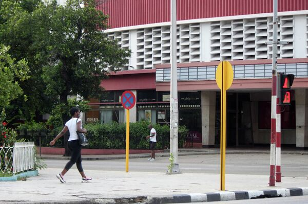 Transeúntes en la esquina de L y 23, municipio Plaza, La Habana - Sputnik Mundo