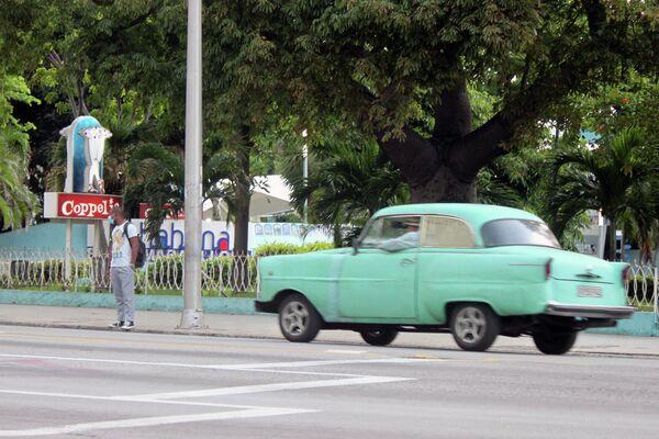 Persona en la entrada de la heladería Coopelia, La Habana - Sputnik Mundo
