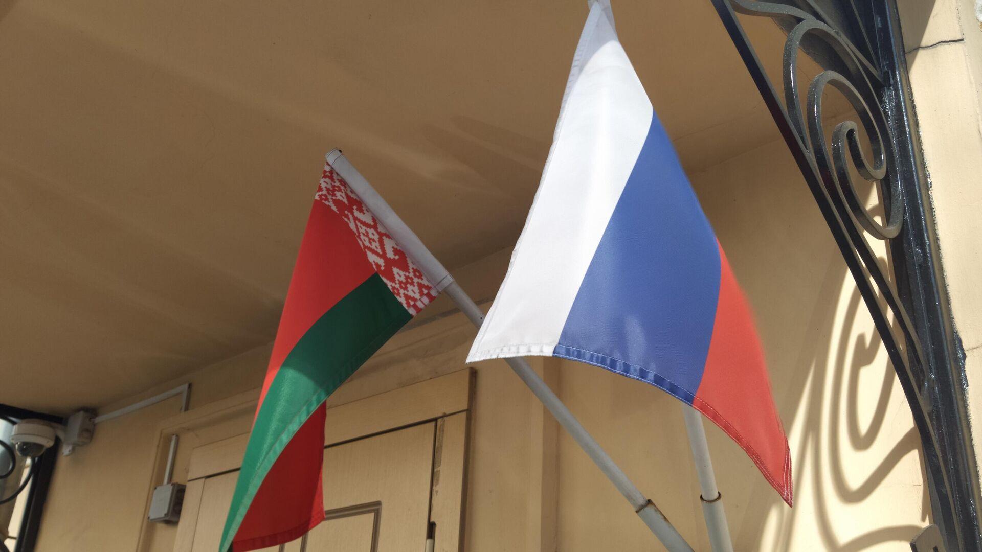 Banderas de Bielorrusia y Rusia - Sputnik Mundo, 1920, 13.07.2021
