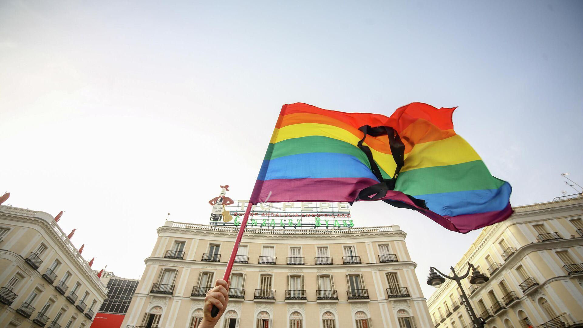 Una bandera LGBTI en una protesta contra homofobia en Madrod, España - Sputnik Mundo, 1920, 13.07.2021