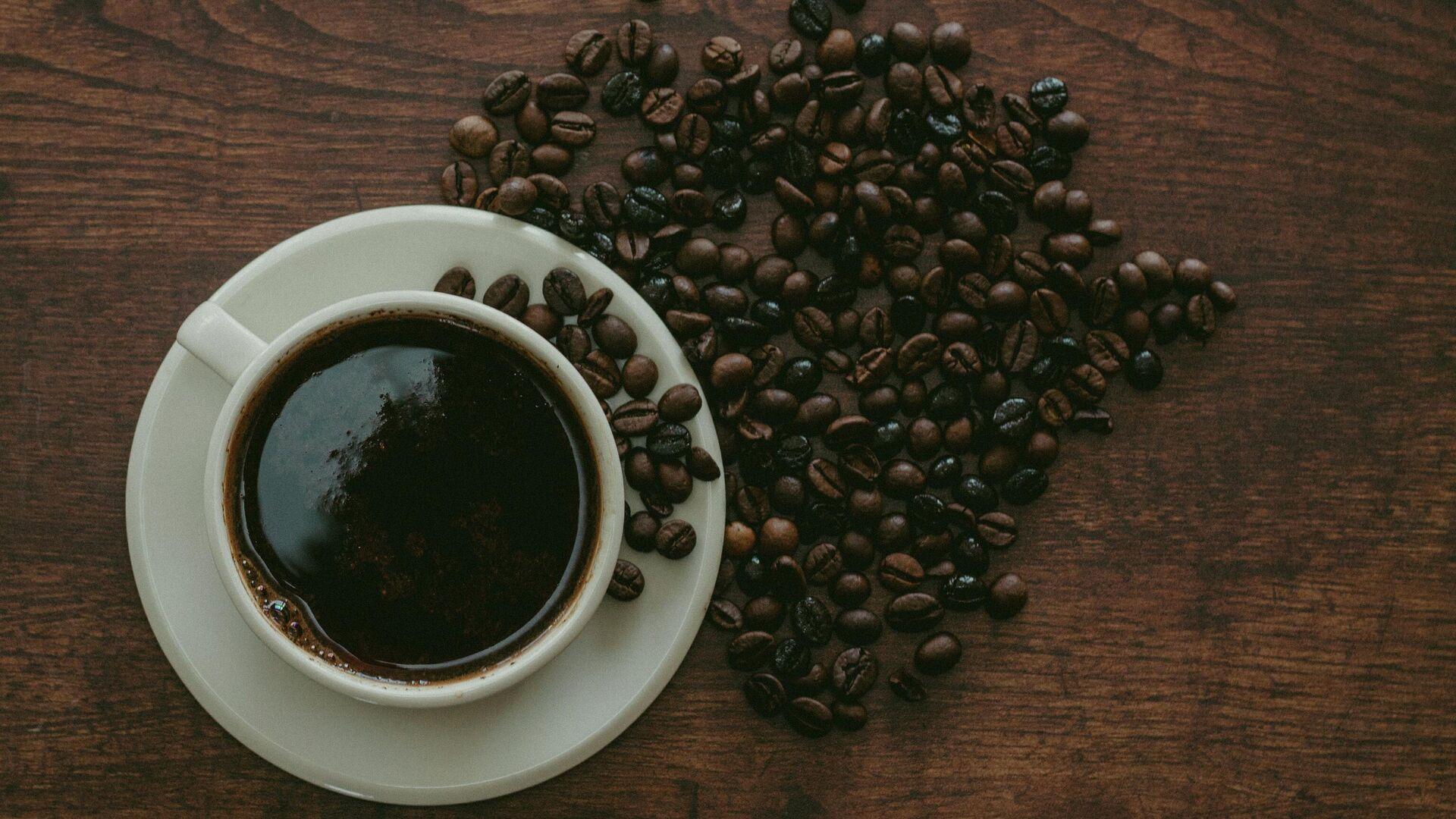 Una taza y unos granos de café - Sputnik Mundo, 1920, 13.07.2021