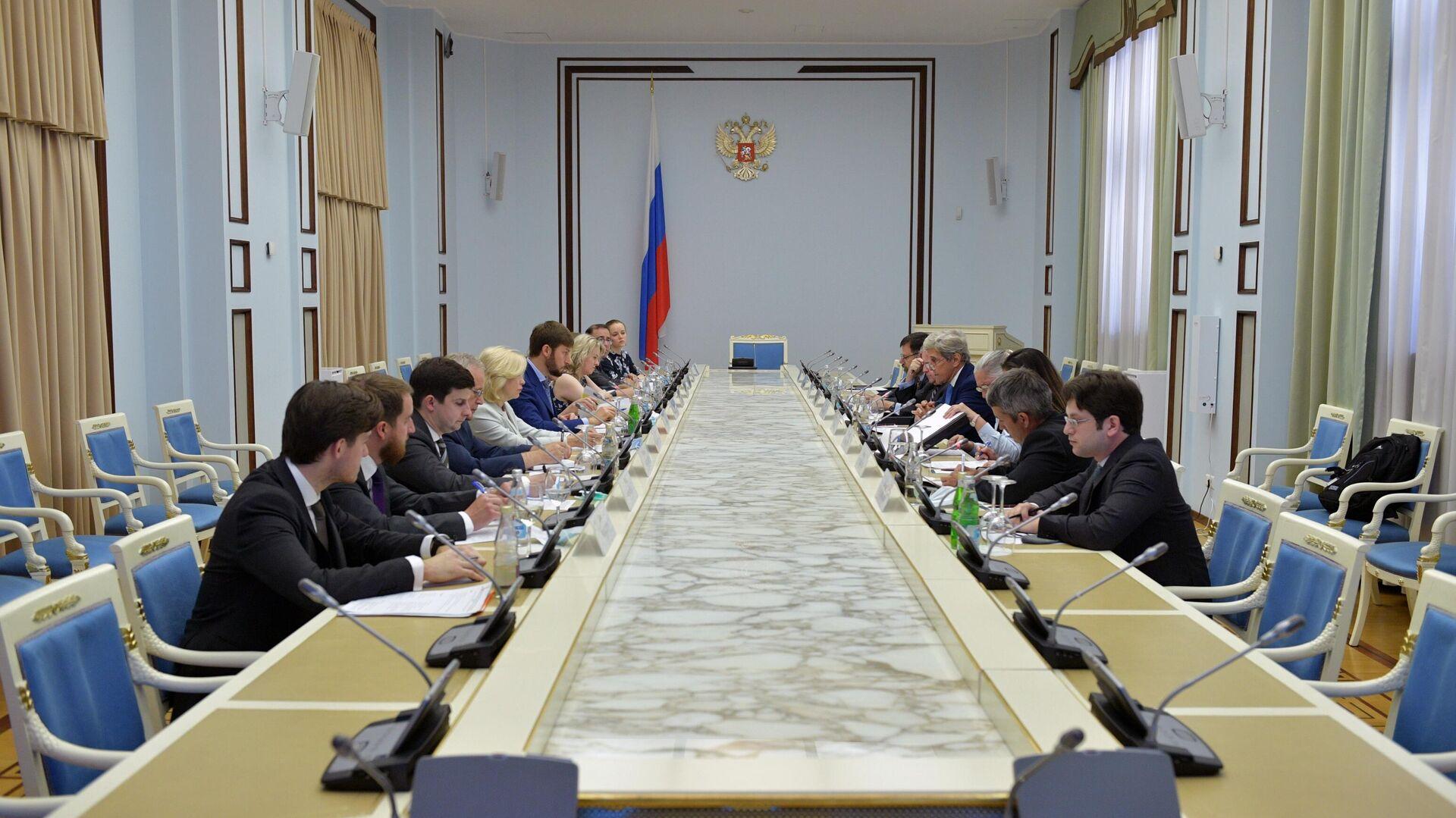 En encuentro del enviado especial de Rusia para el clima, Ruslán Edelgueríev, y su par estadounidense John Kerry - Sputnik Mundo, 1920, 13.07.2021