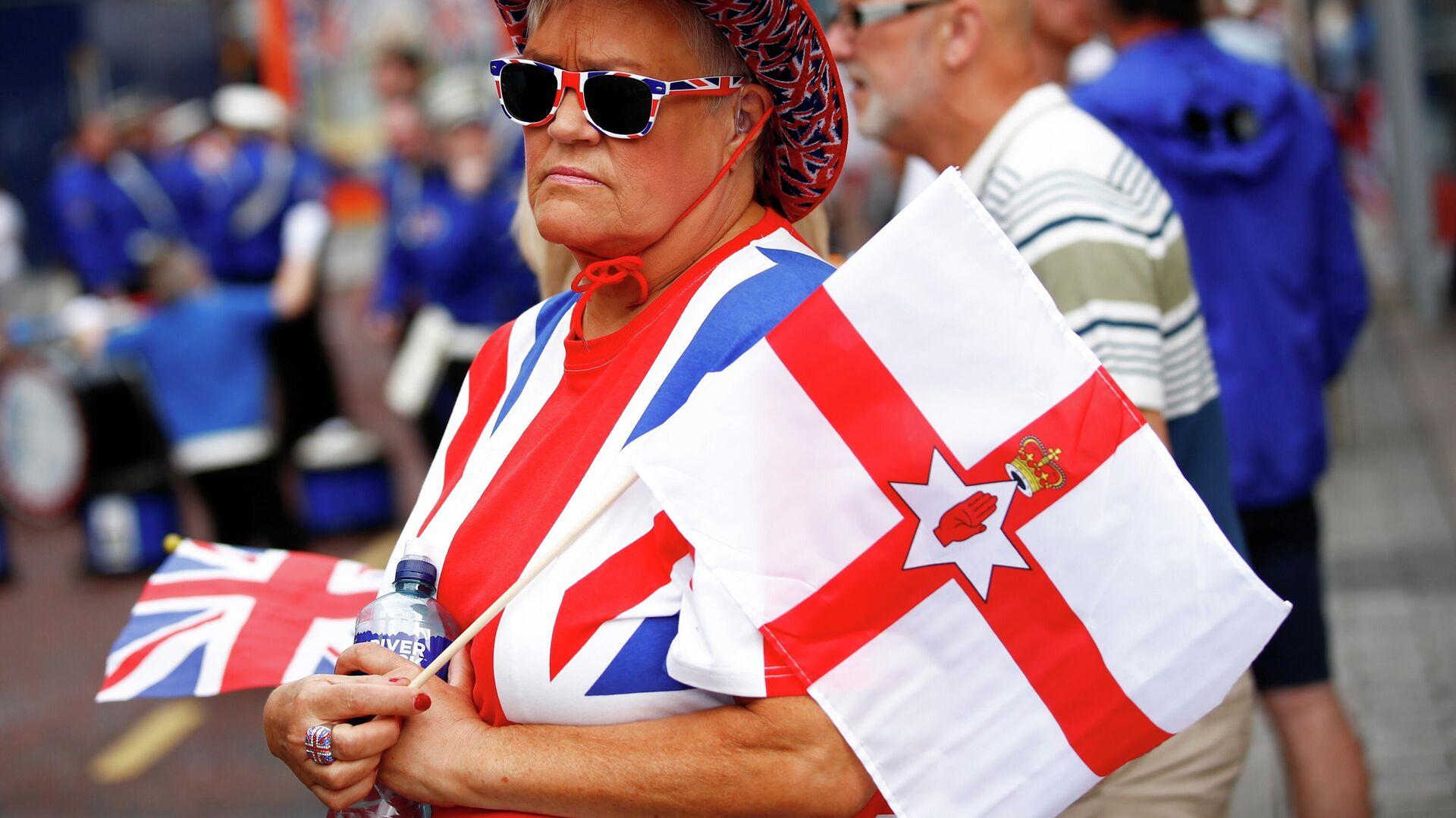 Una mujer con las banderas del Reino Unido e Irlanda del Norte (imagen referencial) - Sputnik Mundo, 1920, 14.07.2021