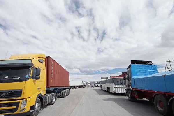 Camiones varados en la frontera entre Bolivia y Chile - Sputnik Mundo