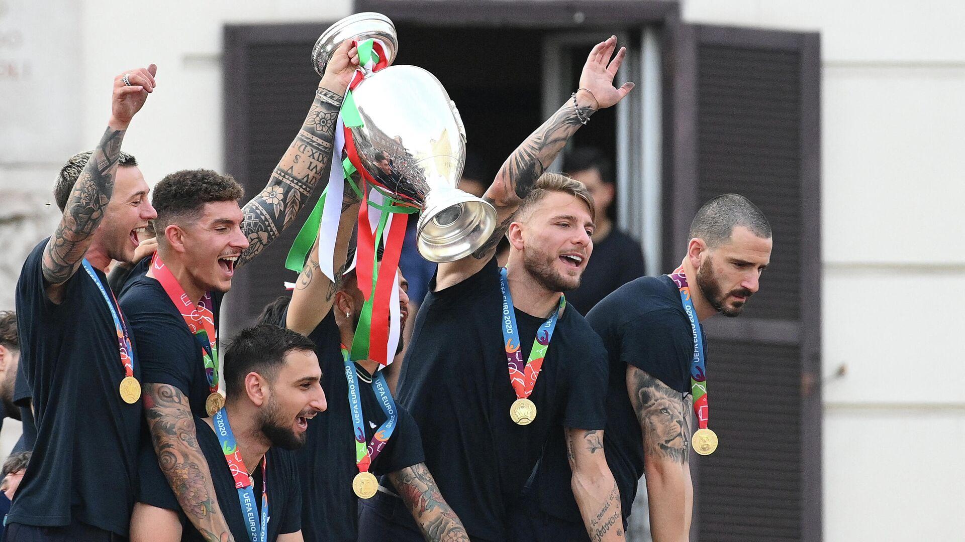 Jugadores de la selección de fútbol de Italia celebrando la Eurocopa en Roma - Sputnik Mundo, 1920, 15.07.2021