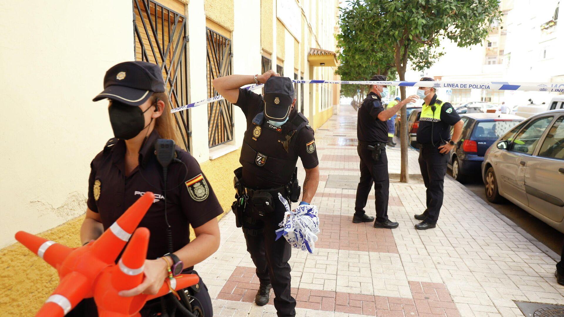 Agentes policiales en la calle de Málaga donde un hombre mató a su pareja - Sputnik Mundo, 1920, 15.07.2021