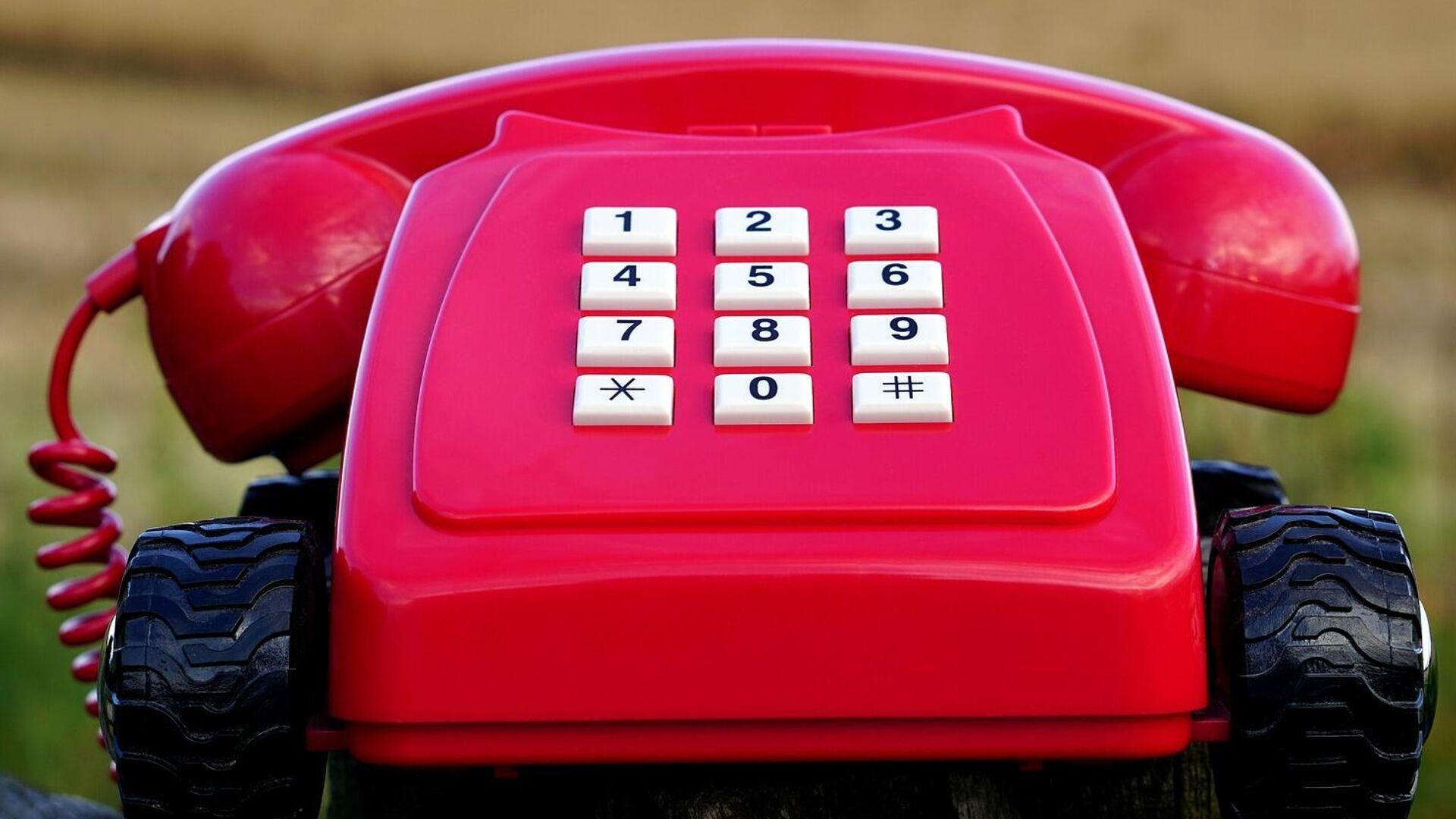 Un teléfono rojo (imagen referencial) - Sputnik Mundo, 1920, 15.07.2021