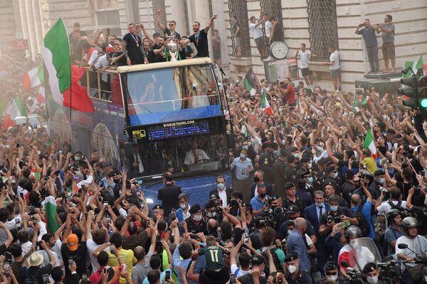 La selección de Italia recorre las calles de Roma con la copa de Euro 2020 tras su victoria sobre el Reino Unido. - Sputnik Mundo