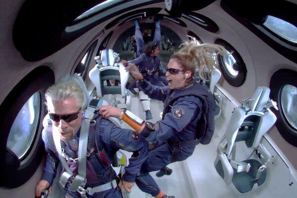 El fundador de Virgin Galactic, Richard Branson, a bordo de la VSS Unity durante su primer vuelo suborbital. - Sputnik Mundo