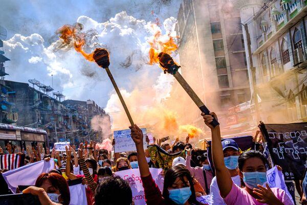 Una manifestación contra el golpe de Estado en Birmania. - Sputnik Mundo