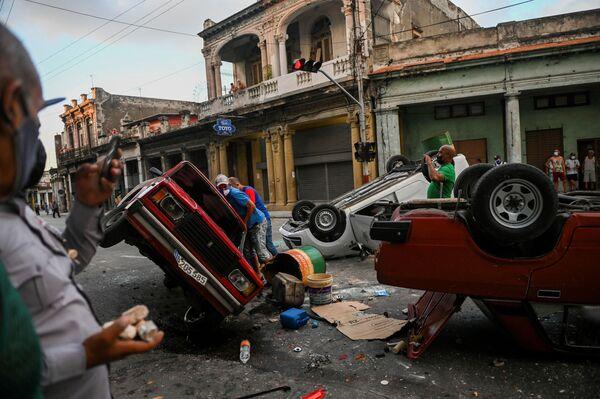 Los coches de Policía volcados durante una protesta antigubernamental en La Habana. - Sputnik Mundo