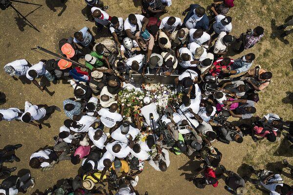Los periodistas se congregan frente al memorial en homenaje al presidente de Haití, Jovenel Moise, asesinado a tiros el 7 de julio en su residencia en Puerto Príncipe. - Sputnik Mundo