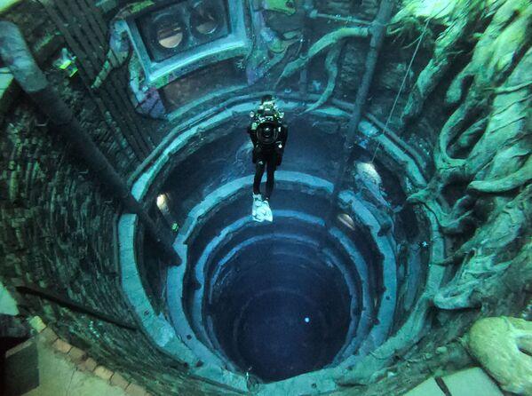 Un buceador en la piscina más profunda del mundo, Deep Dive Dubai, ubicada en los Emiratos Árabes Unidos. - Sputnik Mundo