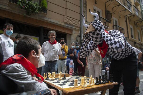 Los participantes del torneo Encierro del ajedrez, celebrado en la ciudad española de Pamplona. - Sputnik Mundo