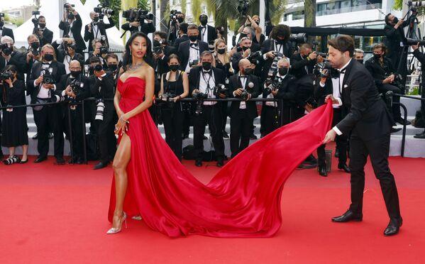 La actriz Maylin Aguirre, en la alfombra roja del evento. - Sputnik Mundo