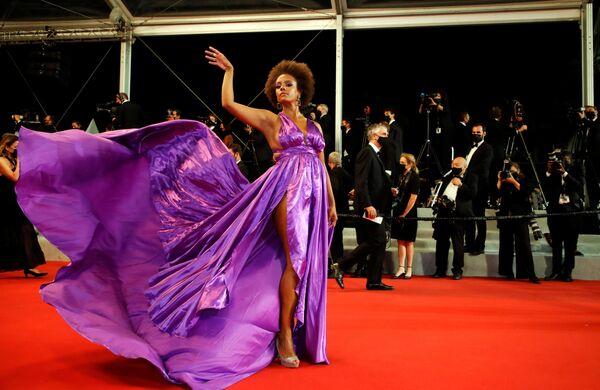 Una invitada en la alfombra roja del Festival de Cannes. - Sputnik Mundo