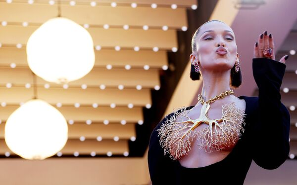 La modelo Bella Hadid acaparó todas las miradas con su llamativo collar dorado con forma de pulmones. - Sputnik Mundo