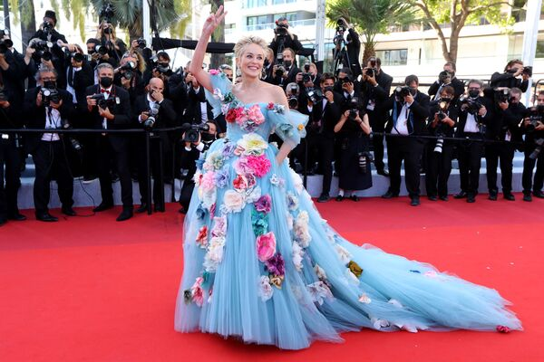La legendaria actriz Sharon Stone lució un elegante vestido de tul azul decorado con flores. - Sputnik Mundo