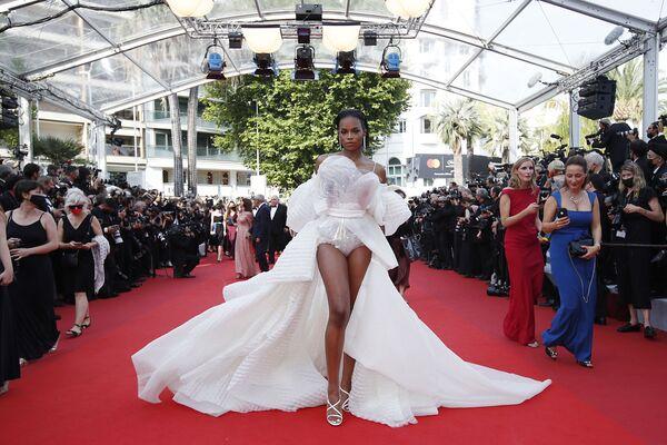 La modelo Didi Stone Olomide sorprendió a todos con un atuendo translúcido. - Sputnik Mundo
