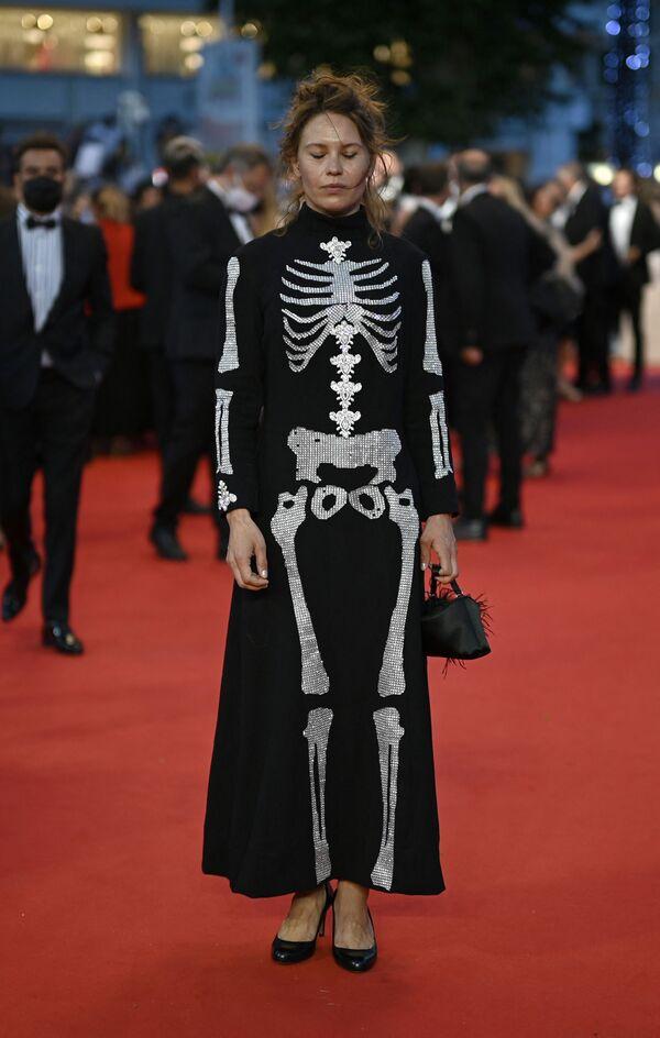 La actriz finlandesa Seidi Haarla optó por un extravagante vestido con la imagen de un esqueleto humano. - Sputnik Mundo