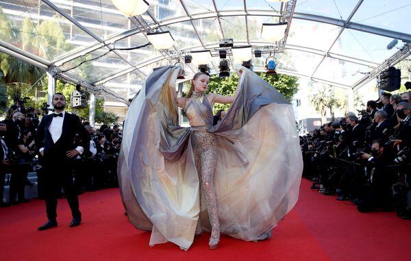 La bloguera rusa Polina Pushkariova posa en la alfombra roja del Festival de Cannes. - Sputnik Mundo