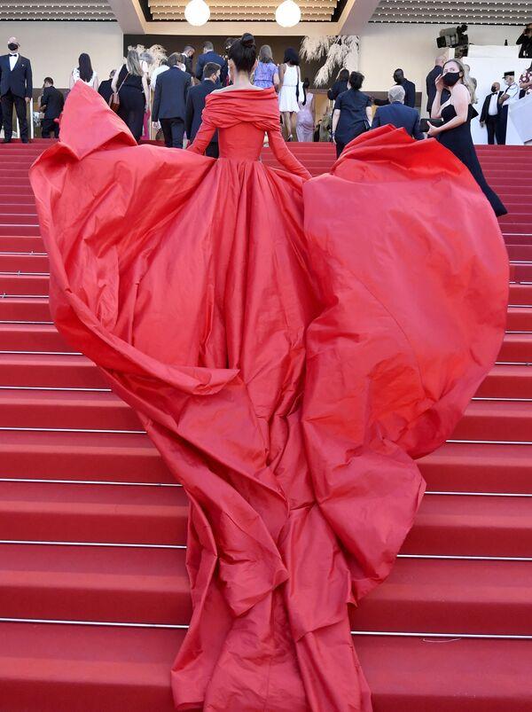La influencer española Marta Lozano luce un impresionante conjunto en rojo formado por un pantalón y un vestido con una majestuosa cola de varios metros. - Sputnik Mundo