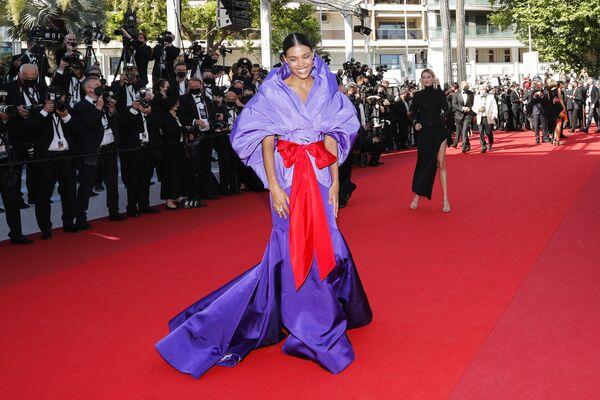 La modelo Tina Kunakey impactó con un vestido rojo y violeta de la nueva colección de Valentino. - Sputnik Mundo
