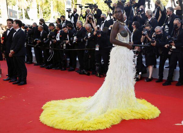 La modelo Jodie Turner-Smith adornó la alfombra roja con su vestido de Gucci complementado con llamativas joyas que más tarde fueron robadas de la habitación de su hotel. - Sputnik Mundo
