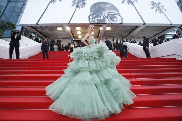 La modelo y bloguera alemana Leonie Hanne eclipsó a las actrices con su atuendo de tul verde decorado con plumas. - Sputnik Mundo