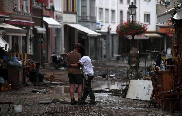 La cantidad de víctimas mortales en Alemania sigue aumentando: para el momento de la publicación de este artículo, se confirmó la muerte de 103 personas, 60 de ellas en Renania-Palatinado. Alrededor de 1.300 personas están desaparecidas. En la foto: una calle inundada de Bad Neuenahr-Ahrweiler. - Sputnik Mundo