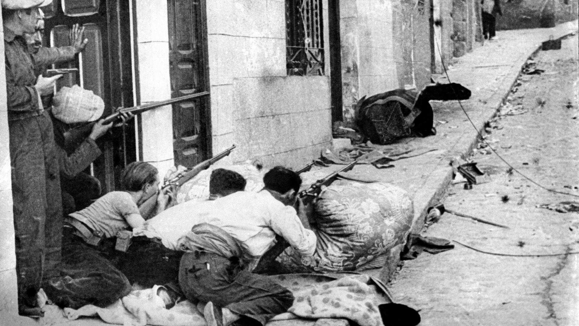 Soldados republicanos peleando en un pueblo de España - Sputnik Mundo, 1920, 18.07.2021