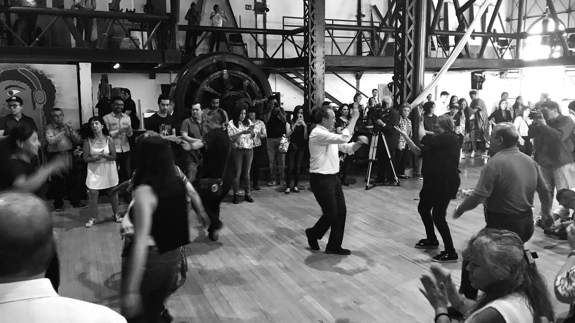 Yo-Yo Ma baila en La Nana, en la colonia Guerrero, de la CDMX, como parte de en evento comunitario - Sputnik Mundo, 1920, 17.07.2021