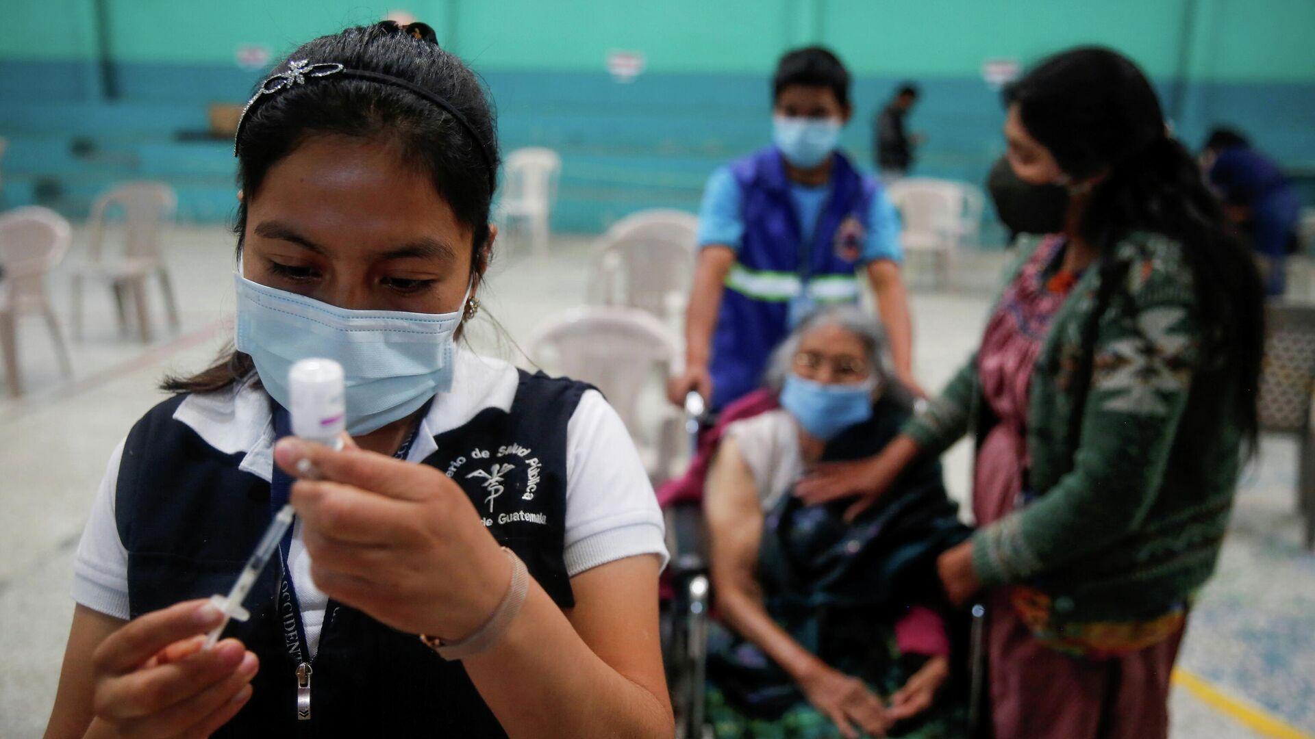 Una enfermera prepara una jeringa con una dosis de la vacuna Oxford / AstraZeneca contra el coronavirus en la alcaldía municipal de San Pedro Sacatepéquez, Guatemala, el 6 de mayo de 2021/ Foto de archivo - Sputnik Mundo, 1920, 17.07.2021