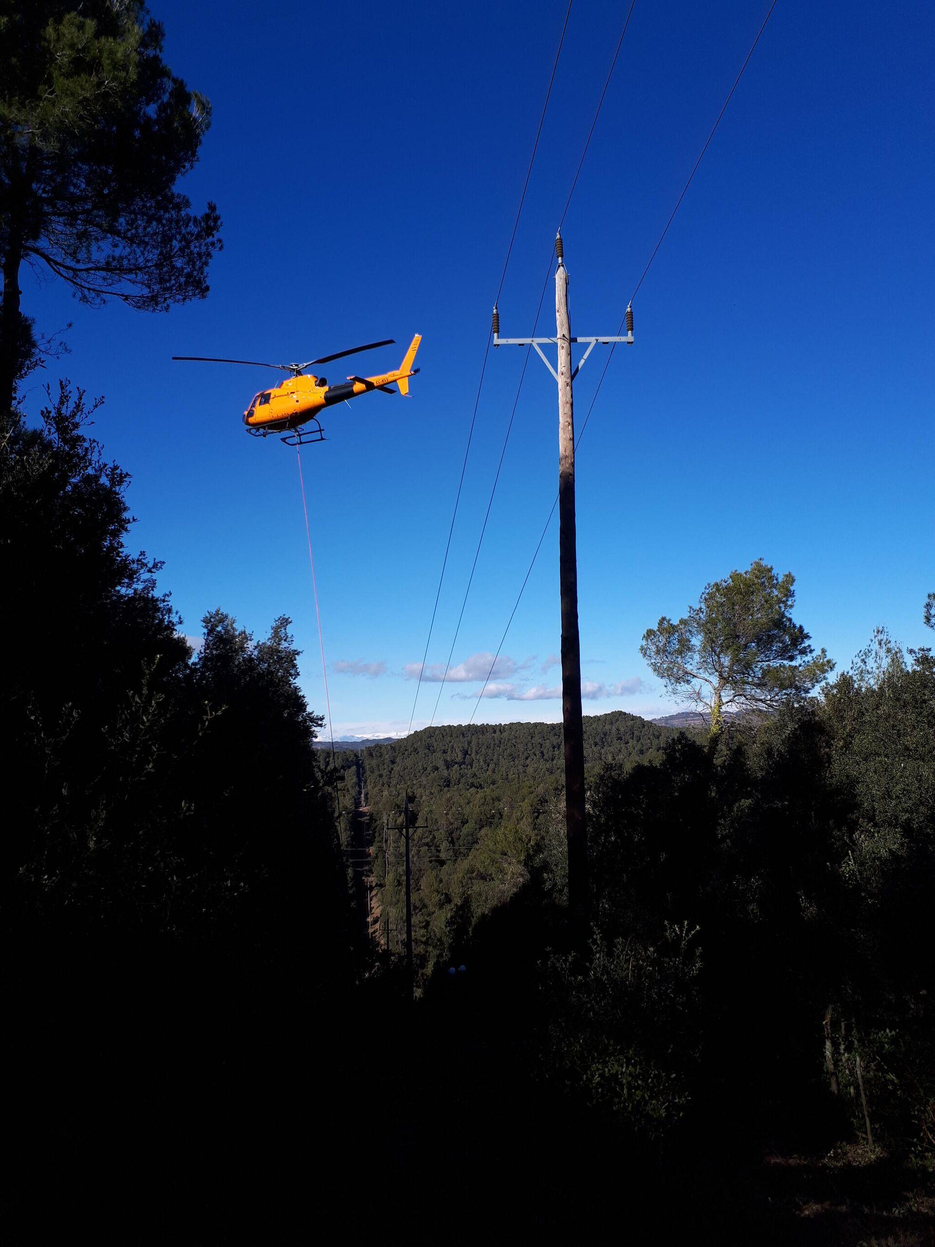 Helicóptero en labores de supervisión de líneas de distribución eléctrica - Sputnik Mundo, 1920, 17.07.2021