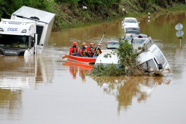 El equipo de rescate rema cerca de autos inundados atascados en la carretera tras las fuertes lluvias en Erftstadt, Alemania, 16 de julio de 2021 / Foto de archivo - Sputnik Mundo