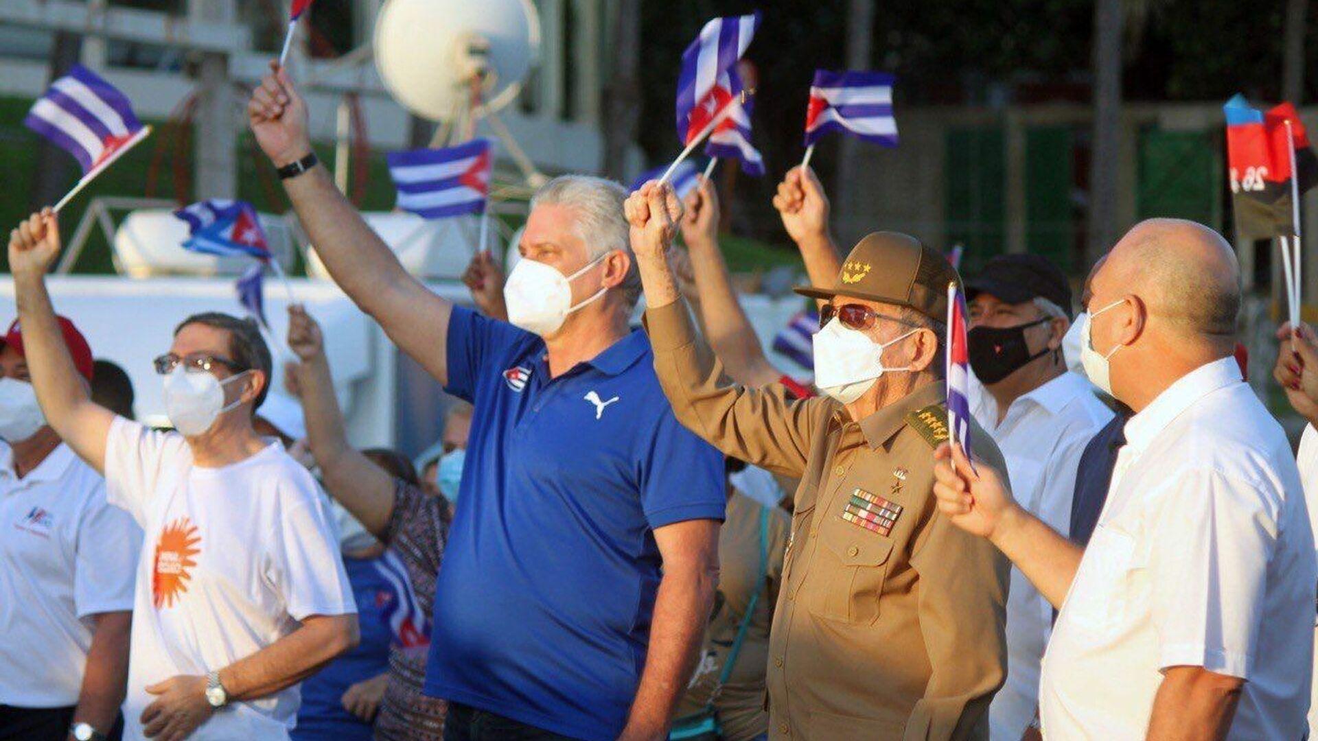 El presidente de Cuba, Miguel Díaz-Canel, junto a Raúl Castro en una concentración a favor del Gobierno celebrada en La Habana - Sputnik Mundo, 1920, 17.07.2021