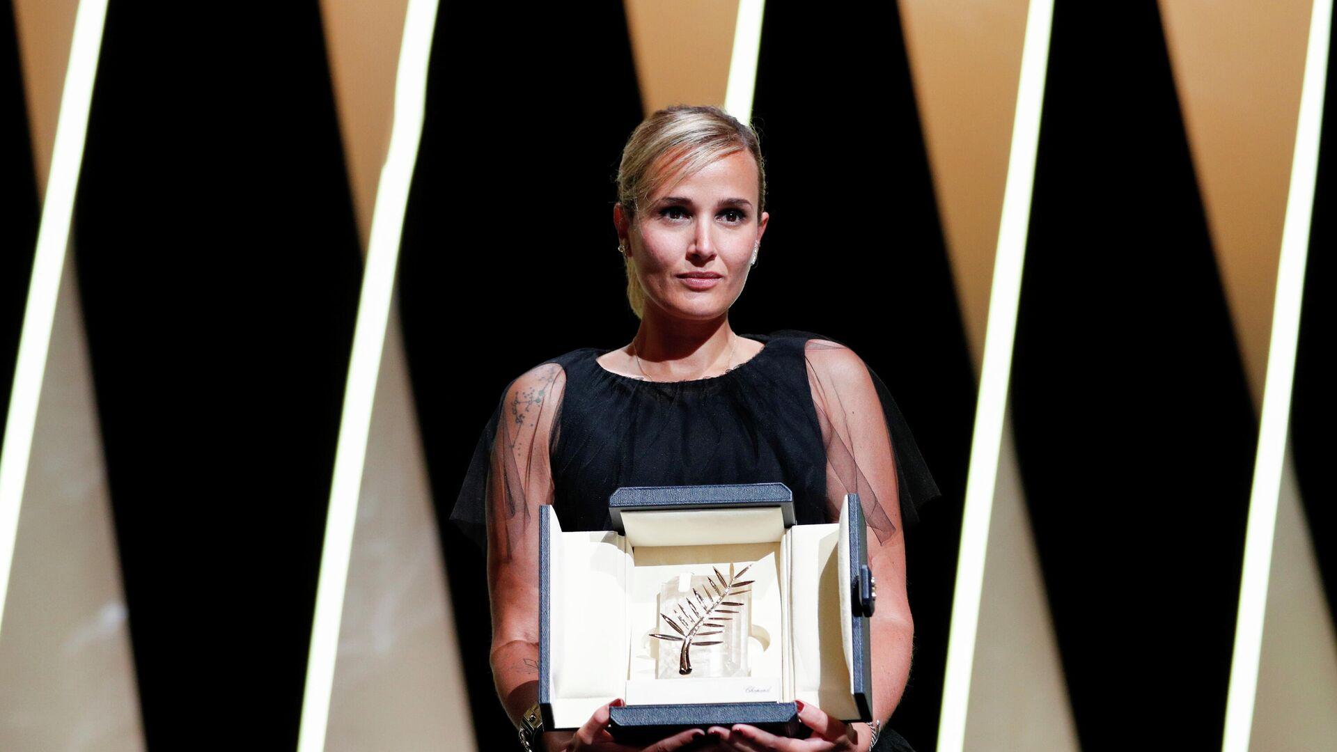 Julia Ducournau, directora francesa, recibe la Palma de Oro durante la ceremonia de premiación del 74º Festival de Cannes, en Francia, el 17 de julio del 2021 - Sputnik Mundo, 1920, 17.07.2021