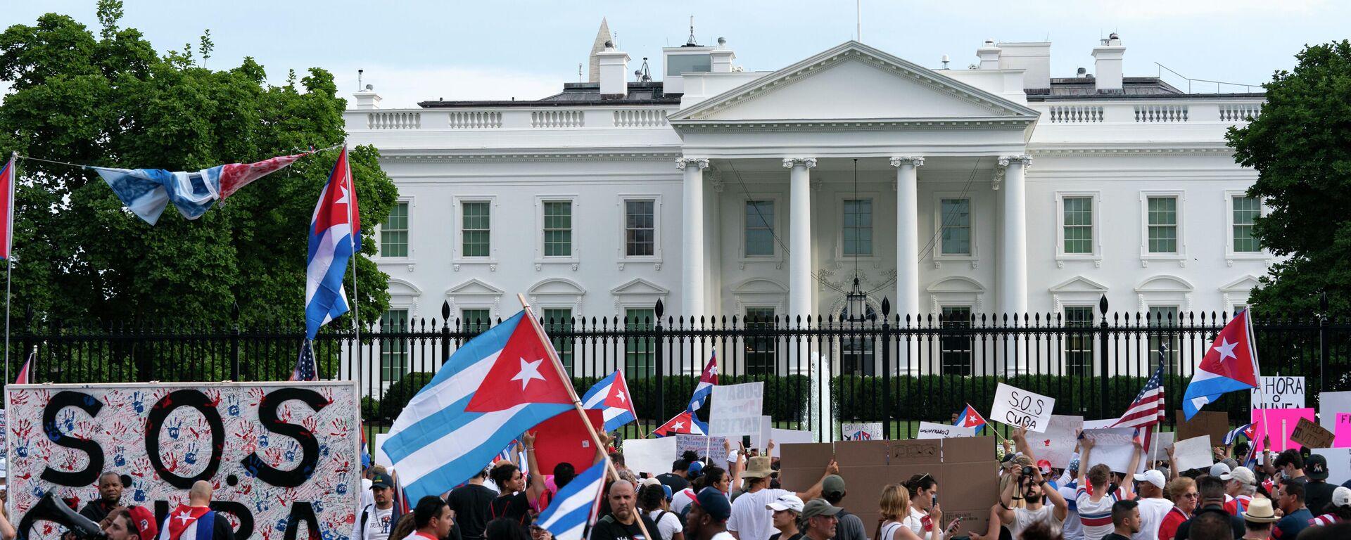 Un acto en apoyo a las protestas en Cuba cerca de la Casa Blanca - Sputnik Mundo, 1920, 18.07.2021