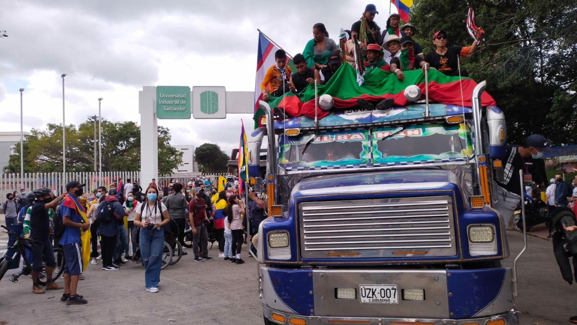 Miembros de la Guardia Indígena del suroccidente de Colombia en una 'chiva', vehículo tradicional, en la Universidad Industrial de Santander (Bucaramanga) - Sputnik Mundo, 1920, 18.07.2021