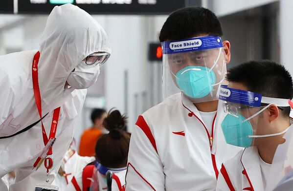 El presidente de la Asociación de Baloncesto de China, Yao Ming, se hace la prueba del coronavirus en el aeropuerto. - Sputnik Mundo