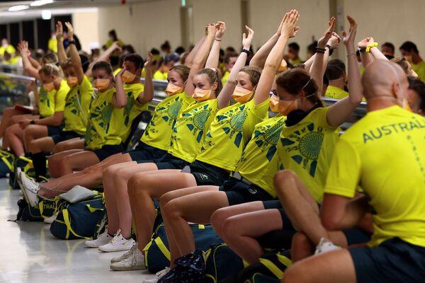 Todos los deportistas que aterrizan en Japón pasan por tests exprés de COVID-19 en la misma terminal del aeropuerto. En la foto: los miembros de la selección olímpica australiana antes de hacerse la prueba de COVID-19 en el aeropuerto de Narita. - Sputnik Mundo