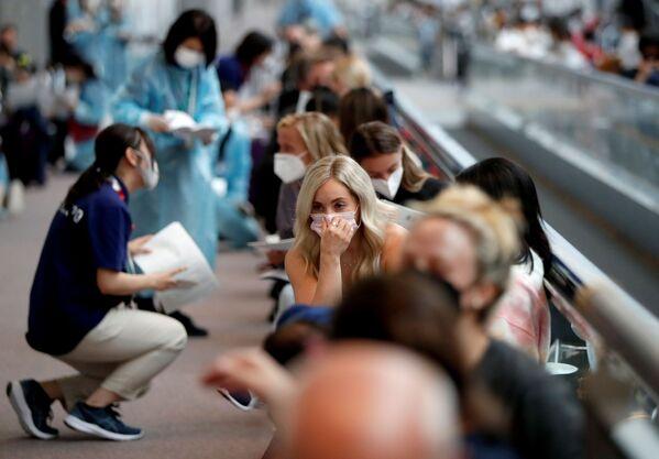 Los miembros de la selección olímpica de EEUU están a la espera de someterse a la prueba de coronavirus en el aeropuerto. - Sputnik Mundo