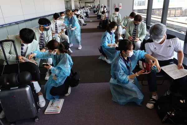 En las últimas 24 horas en Tokio se detectaron 1.410 contagios. Es la mayor cifra desde enero de 2021. Entre los deportistas, ya se registraron algunos casos de COVID-19. En la foto: los miembros de la selección olímpica surcoreana se someten a la prueba por coronavirus en el aeropuerto de Narita. - Sputnik Mundo
