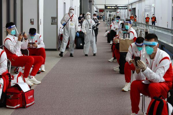 Los miembros de la selección olímpica china en el aeropuerto de Narita. - Sputnik Mundo