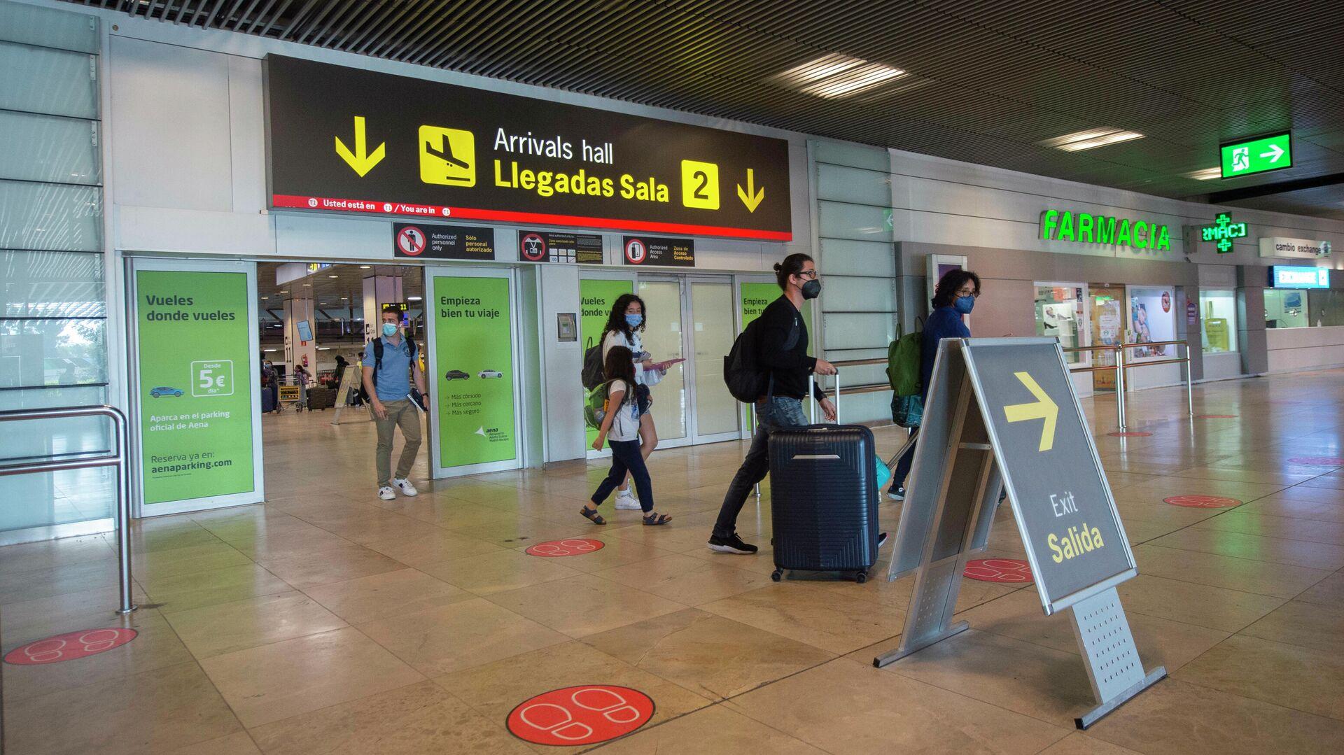 Pasajeros llegan al Aeropuerto Adolfo-Suárez Madrid Barajas - Sputnik Mundo, 1920, 10.08.2021