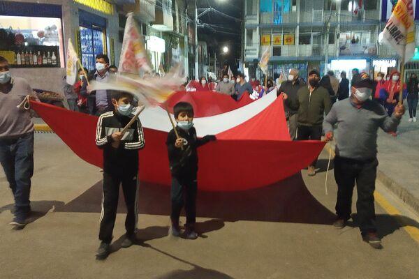 Festejo de la proclamación de Pedro Castillo en la plaza de armas en Chota - Sputnik Mundo