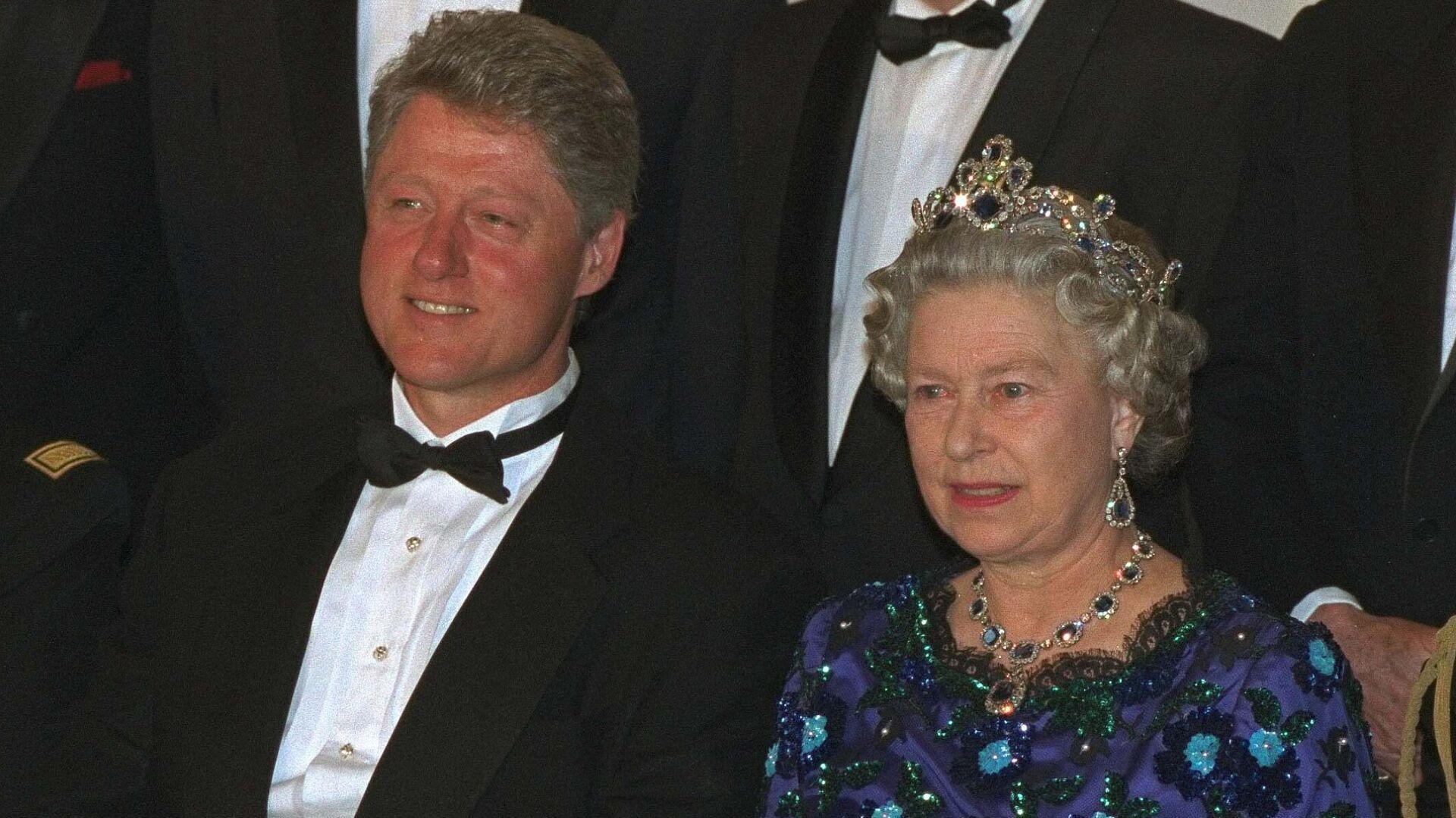 El presidente estadounidense, Bill Clinton, y la reina Isabel II durante una reunión en 1994 - Sputnik Mundo, 1920, 20.07.2021