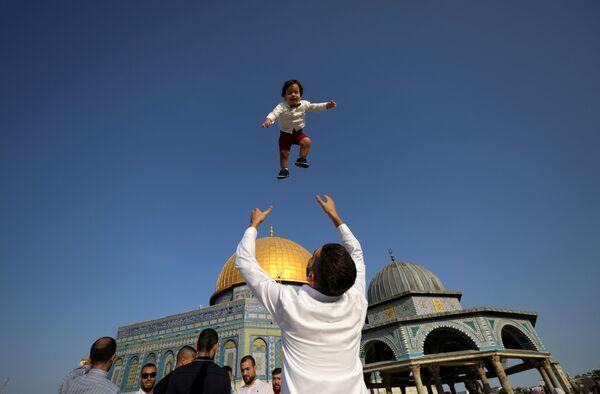 La mayor festividad del Islam tiene lugar el día 10 del Du l-hiyya, duodécimo mes del calendario lunar musulmán. La fiesta continúa durante los tres días siguientes, los días del Tashriq.En la foto: Los palestinos celebran el Eid al Adha en Jerusalén. - Sputnik Mundo